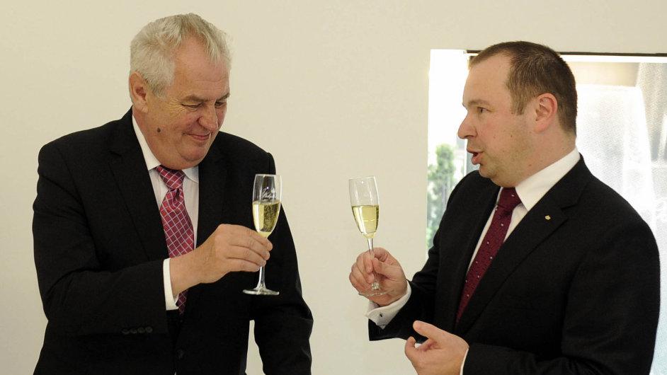 Loni prezident navštívil sídlo Bohemia Sektu, kde si připil sšéfem firmy Ondřejem Beránkem. Od června je firma exkluzivním dodavatelem vín pro Hrad.