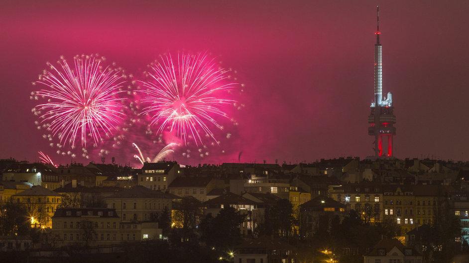 Novoroční ohňostroj nad Prahou připomenul letošní výročí.