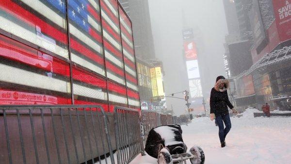 Sněhová bouře na newyorském Times Square na Manhattanu.