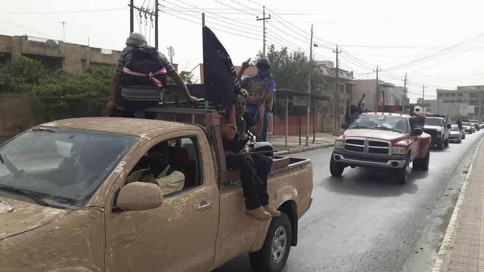 Velitelé Islámského státu ijeho bojovníci sehojně rekrutují zesunnitských severoiráckých kmenů. Na snímku islamisté slaví dobytí Mosulu v roce 2014.