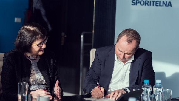 Smlouvu podepsal p�edseda p�edstavenstva �esk� spo�itelny Tom� Salomon a rektorka V�E Hana Machkov�.