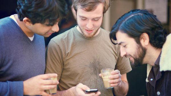 FoMO se projevuje pot�ebou neust�le sledovat, co se kde d�je, k �emu� p�isp�vaj� i soci�ln� s�t�. - Ilustra�n� foto.