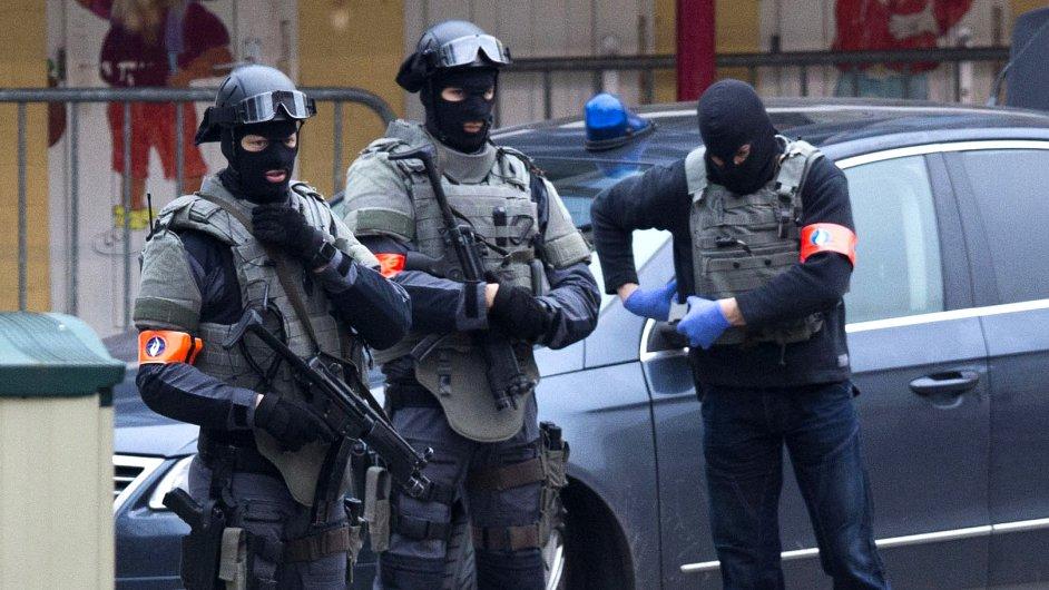 Speciální operace belgických policistů dál pokračuje. Pátrají po komplicích teroristy Abdeslama.