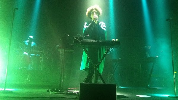Sn�mek z prvn�ho leto�n�ho vystoupen� Massive Attack na koncert� v Dublinu. Na sn�mku je zp�va�ka Martina Topleyov� Birdov�.