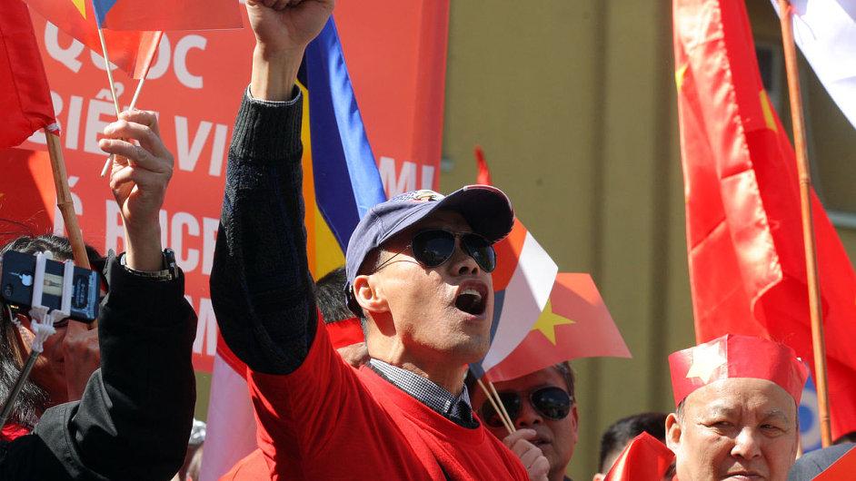 Vietnamci demonstrují před čínskou ambasádou v Praze.