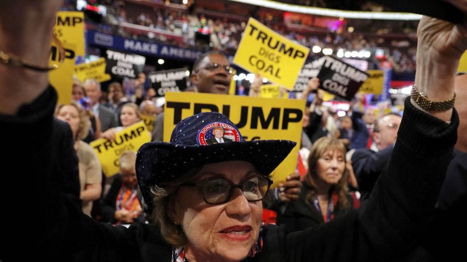 Donalda Trumpa jako kandidáta do prezidentských voleb tento týden potvrdil sjezd Republikánské strany v Clevelandu. Na snímku je Trumpova podporovatelka a pensylvánská delegátka Carole Sidesová.