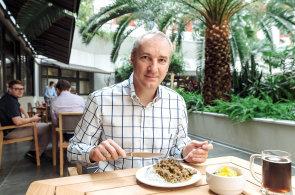 V palubn� kant�n�: �editel Sazky Robert Chv�tal s�z� na asijskou kuchyni