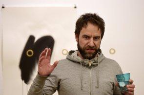 Milan Cais z Tata Bojs vystavuje v Praze, přehlídku ve Ville Pellé soustředil okolo otevírání dveří