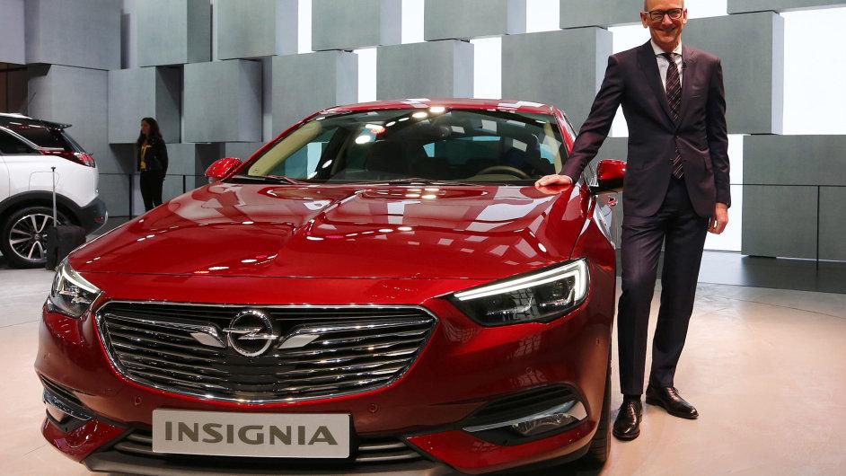 Druhá generace manažerského vozu Opel Insignia se předvádí vdobrém světle. Auto působí mnohem sportovněji: je o 29 mm nižší a 55 mm delší než jeho předchůdce.