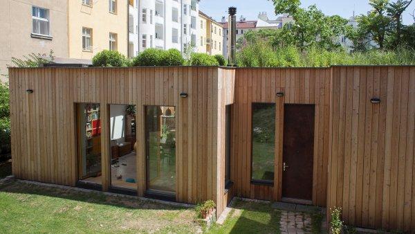 Absolutním vítězem soutěže E.ON. Energy Globe Award se stal pasivní dům v pražském vnitrobloku, který si díky mokřadům na střeše sám čistí vodu.