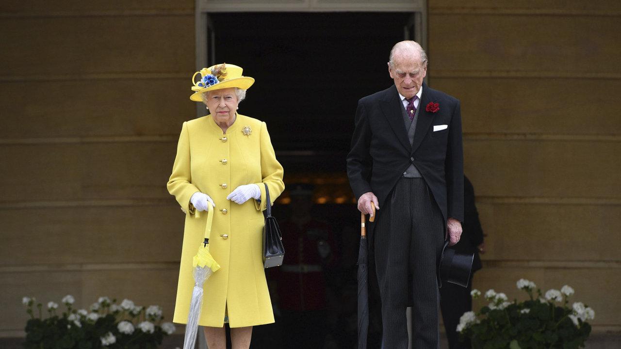 Britský královský pár slaví 70. výročí svatby. Alžběta aPhilip se poprvé setkali vroce 1934. Vzali se veWestminsterském opatství 20. listopadu 1947.