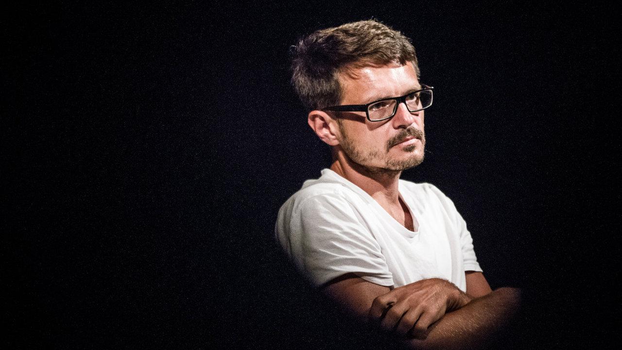 Čtyřicetiletý vystudovaný právník David Zábranský debutoval před jedenácti lety románem Slabost pro každou jinou pláž.