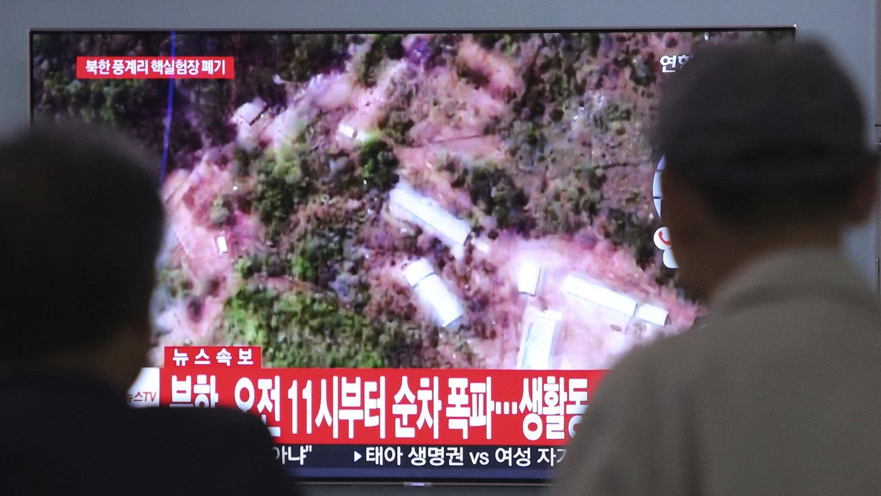 Lidé pozorují v televizi zničení severokorejského jaderného testovacího střediska. Na obrazovce je napsané, že se uskuteční v 11 hodin.