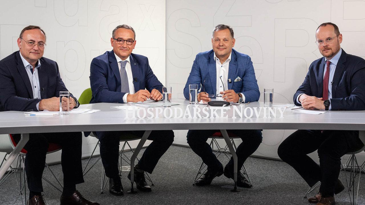 Zleva generální ředitel českého Siemensu Eduard Palíšek, ředitel Škody Auto Česká republika Luboš Vlček a generální ředitel ČEZ ESCO Kamil Čermák a hlavní analytik Hospodářských novin Leoš Rousek.