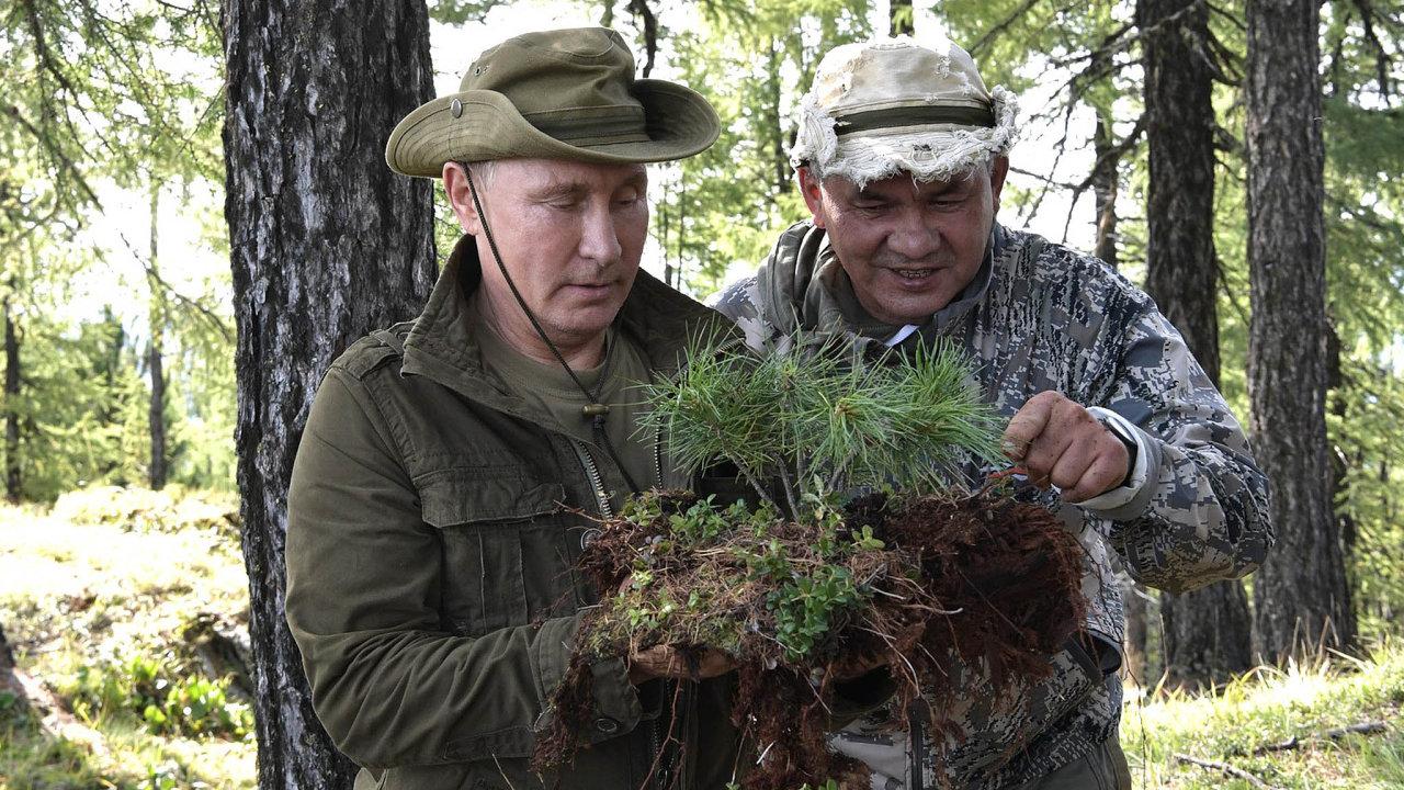 Společná dovolená: Vladimir Putin strávil loni vsrpnu svou dovolenou vespolečnosti Sergeje Šojgua.