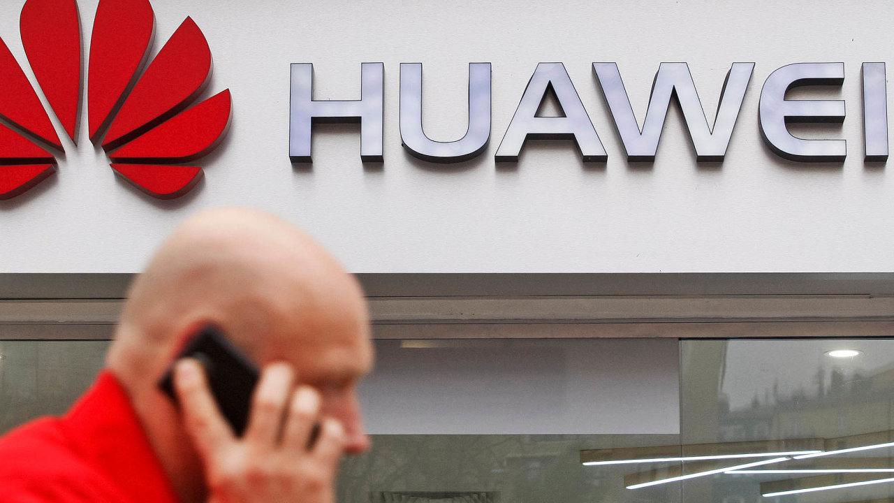 Dva někdejší manažeři tuzemského zastoupení Huaweie potvrdili, že museli dointerních systémů společnosti ukládat detaily zesoukromí obchodních partnerů.