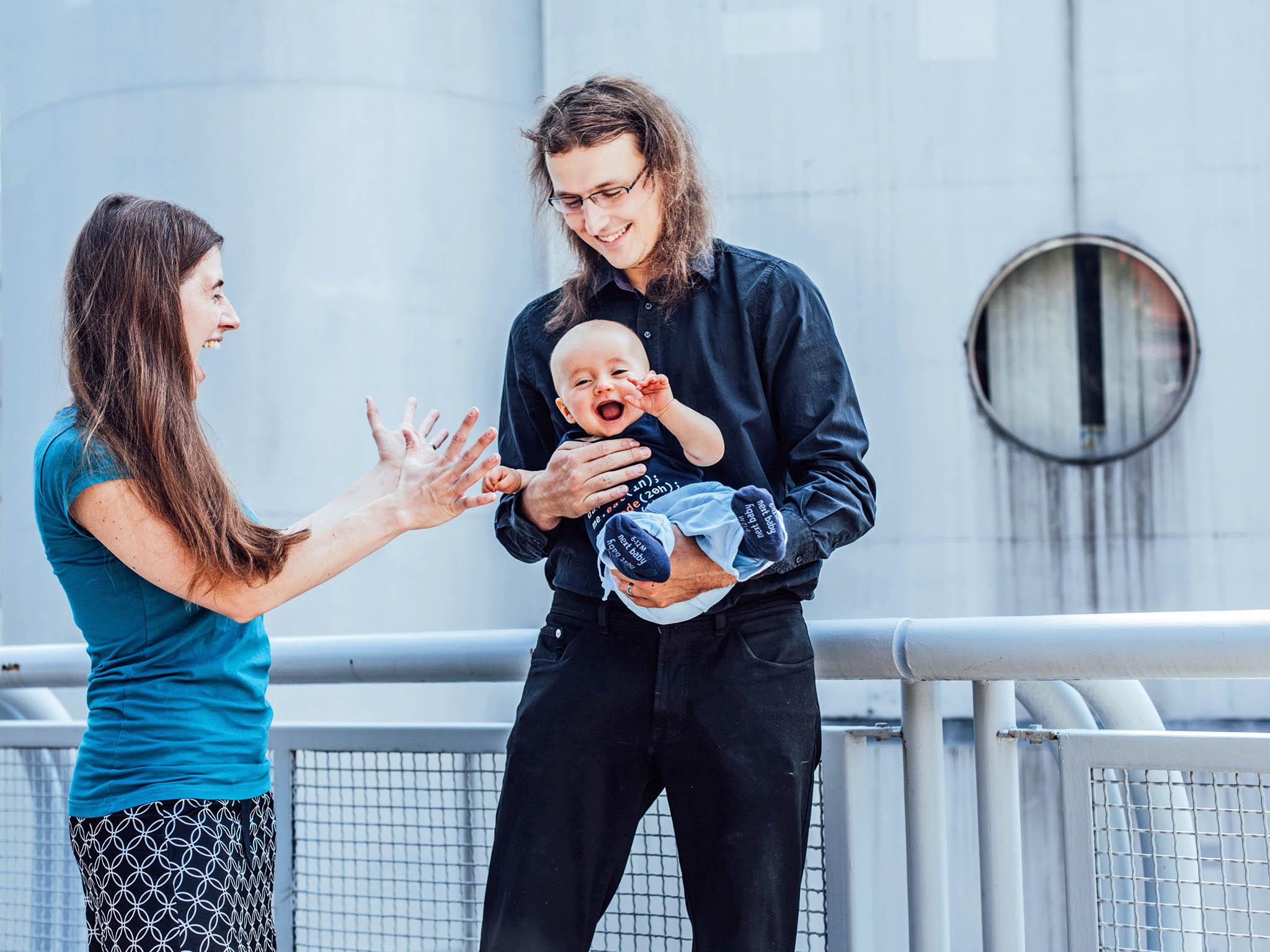 Manželé Tomkovi teď naOxfordu dělí čas mezi vědu asyna, který se jim vAnglii narodil.