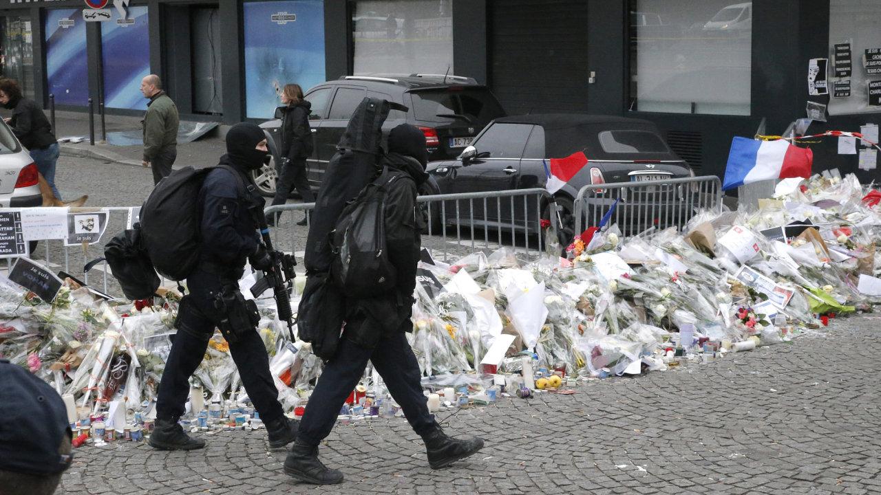 Bezpečnostní síly procházejí kolem košer obchodu.