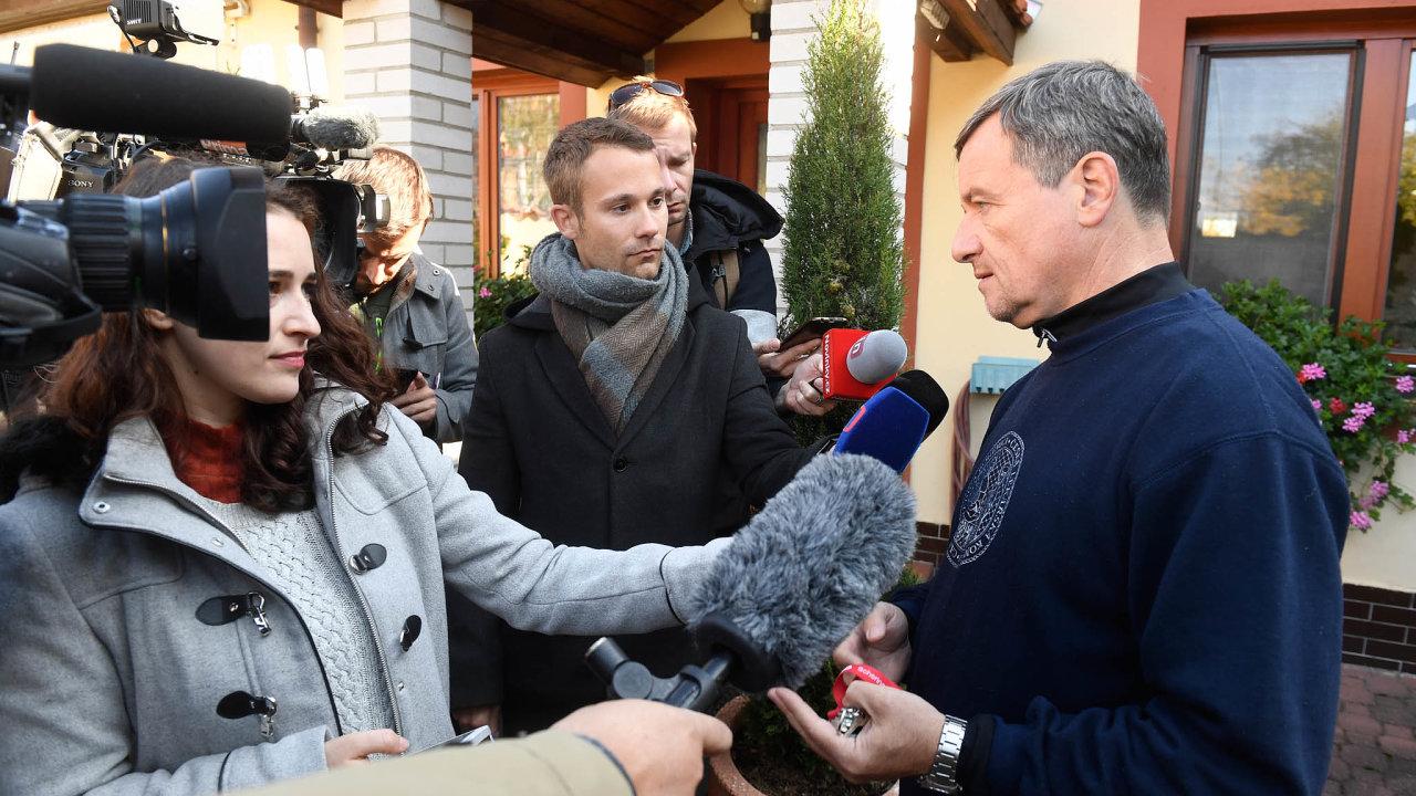Bývalý středočeský hejtman za ČSSD a exministr zdravotnictví David Rath se u své ordinace v Hostivici vyjádřil pro média ke svému nástupu do vězení.