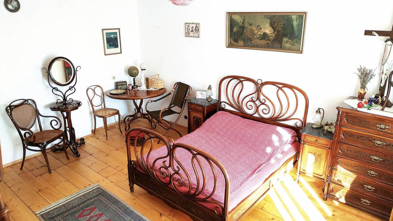 Sběratelství Tomáše Brejníka začalo vybavováním vlastní domácnosti nábytkem z ohýbaného dřeva.