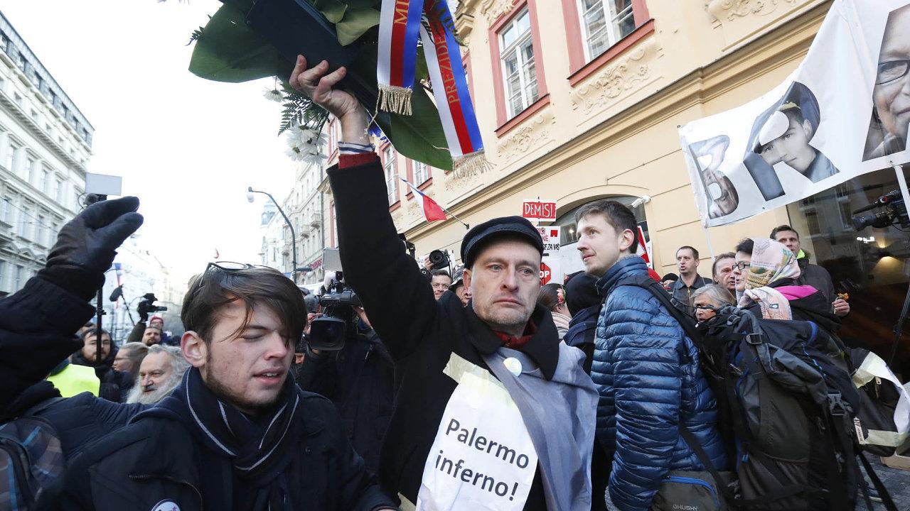 Zavhození květin odpolitiků dokoše při loňských oslavách výročí 17. listopadu dostali dva lidé pokutu šest tisíc korun.