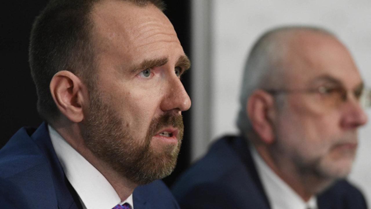 Regulované poplatky představila Rada ERÚ vnovém složení. Tři její členy vlétě nečekaně odvolal premiér Andrej Babiš. Nový je išéf rady Stanislav Trávníček (vlevo).
