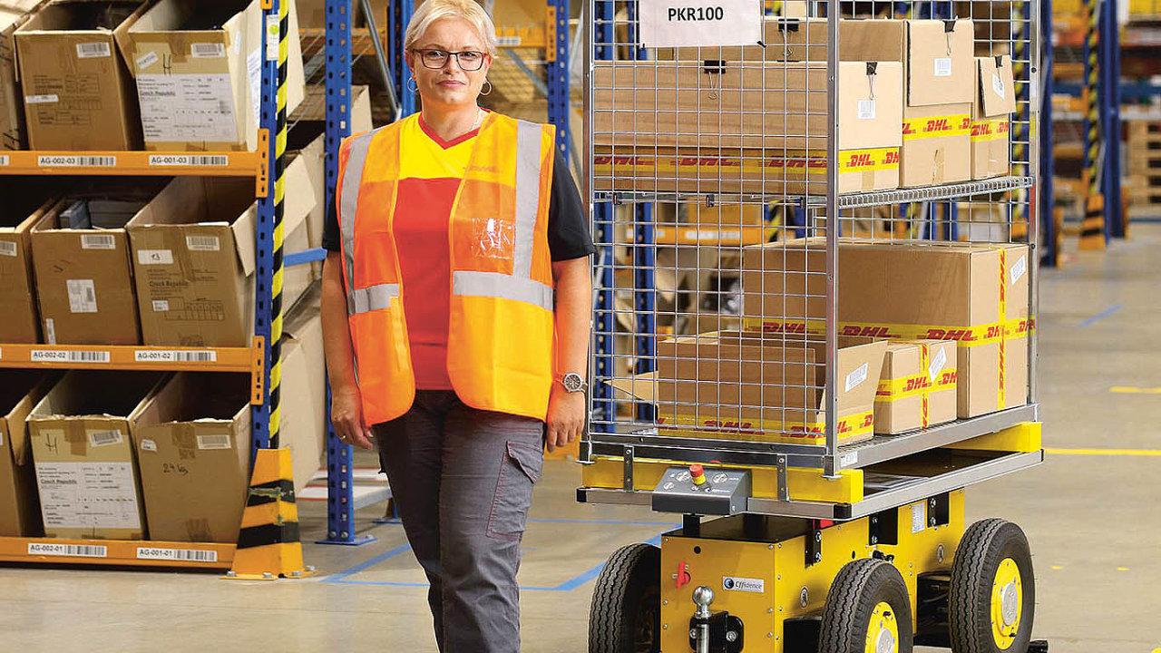 """Vlogistickém centru DHL vChebu pracuje EffiBot. Zatímco normálně pracovník při vychystávání vozík vleče nebo tlačí před sebou, robot odstart-upu Effidence automaticky následuje svého """"pána""""."""