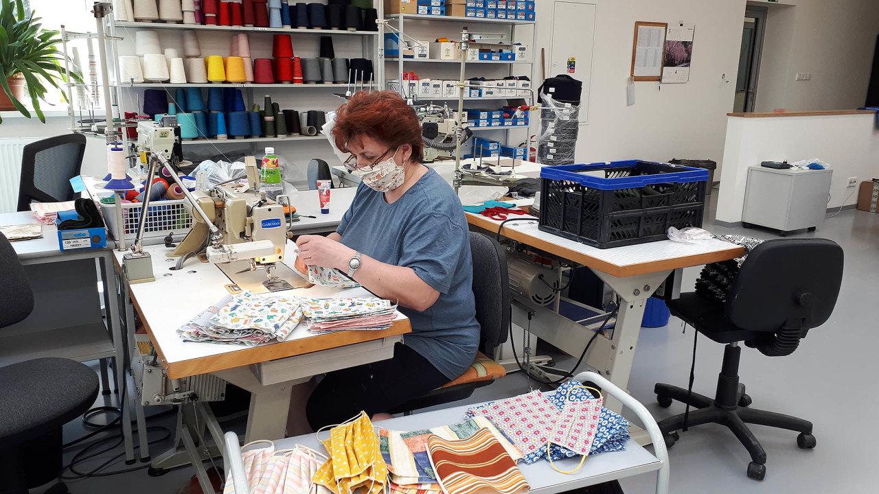 Místo svetrů šijí roušky: Výrobce zimního oblečení Kama nyní téměř odsunul běžnou výrobu ašije roušky. Denně jich zvládne kolem 600.
