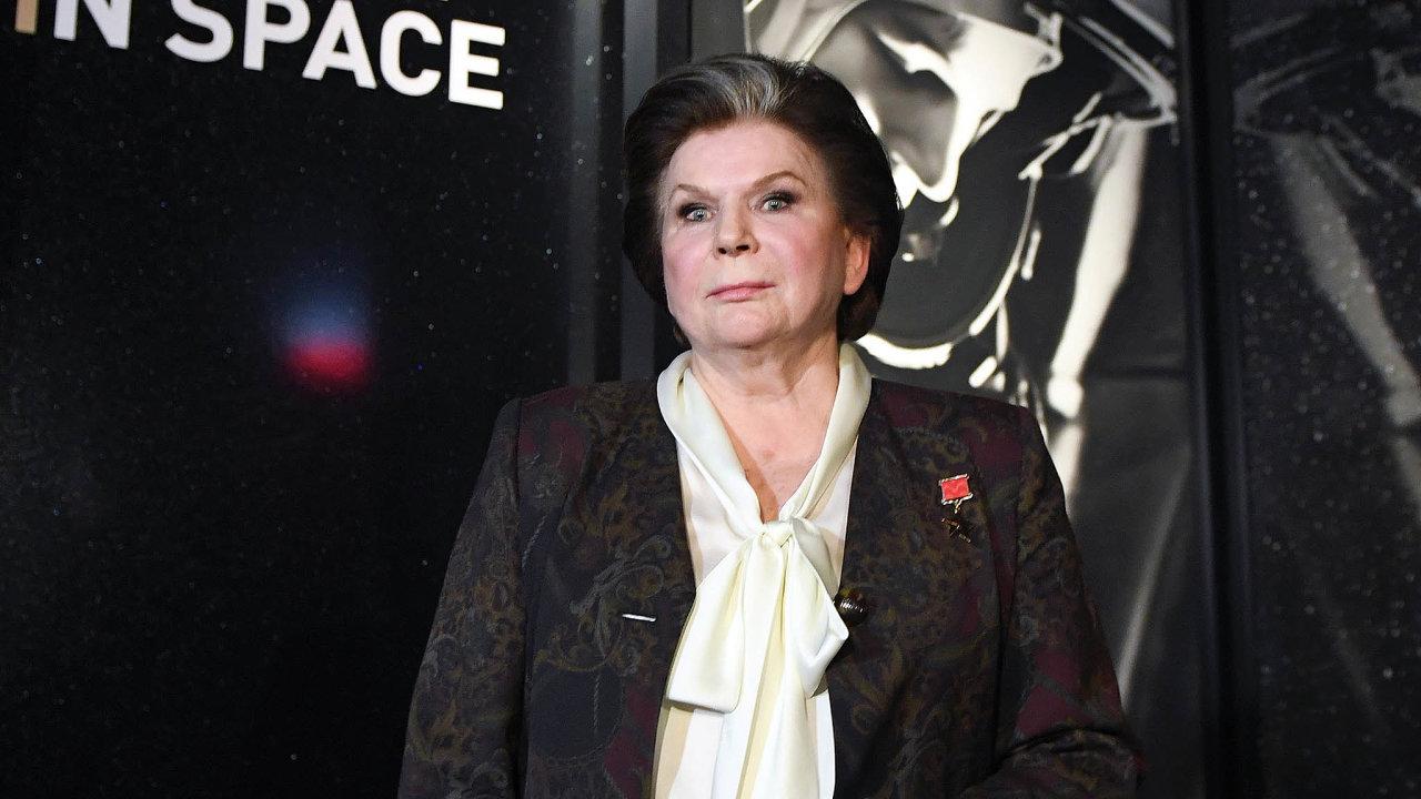 Kremelské celebrity. První kosmonautka nasvětě Valentina Těreškovová svou popularitou iochotou pomáhá Vladimiru Putinovi.