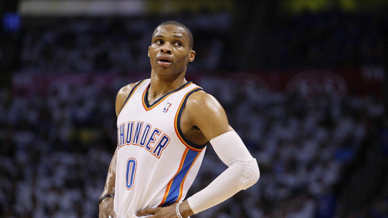 Zvláštní svačinář. Basketbalista Russell Westbrook nechal nakoupit večeře a osobně je odnesl do nemocnice, kde léčili nemocné s koronavirem, ve svém rodišti Los Angeles.