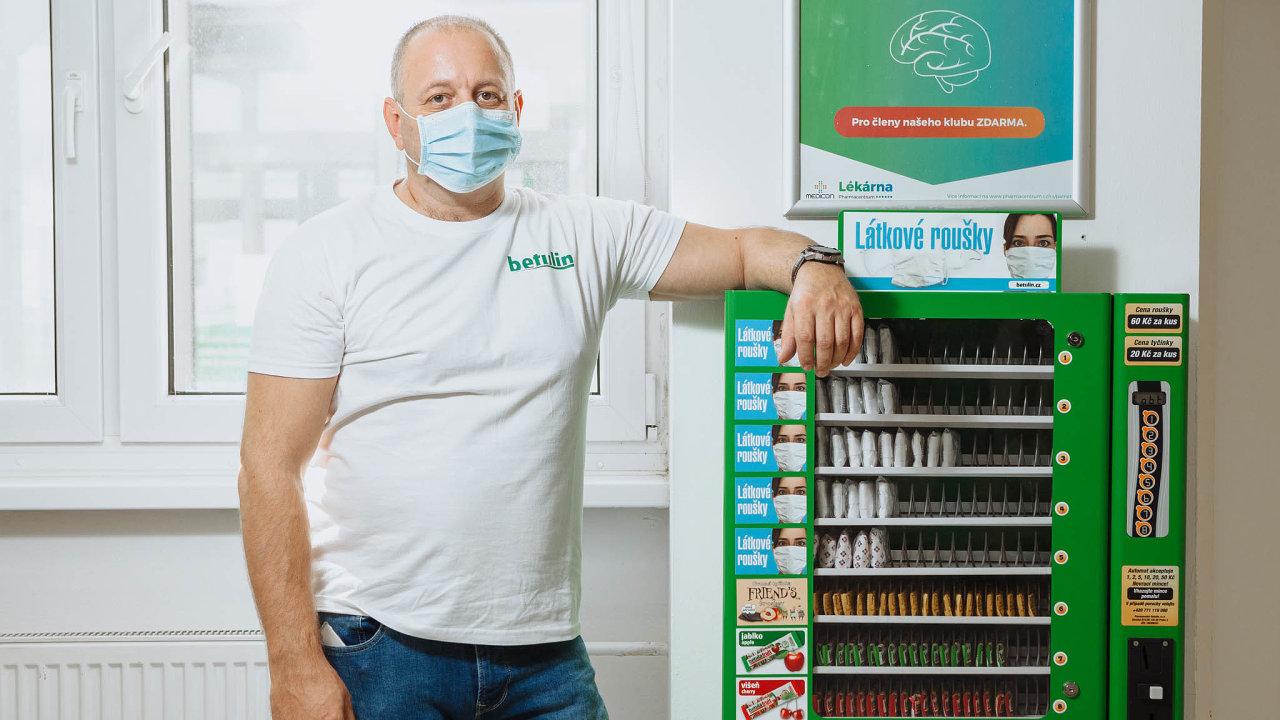 David Kůs stojí za firmou Betulin, která ve svých automatech na tyčinky od jara prodává i roušky. Zároveň je známým judistou a předsedou judistického oddílu na pražském Žižkově.