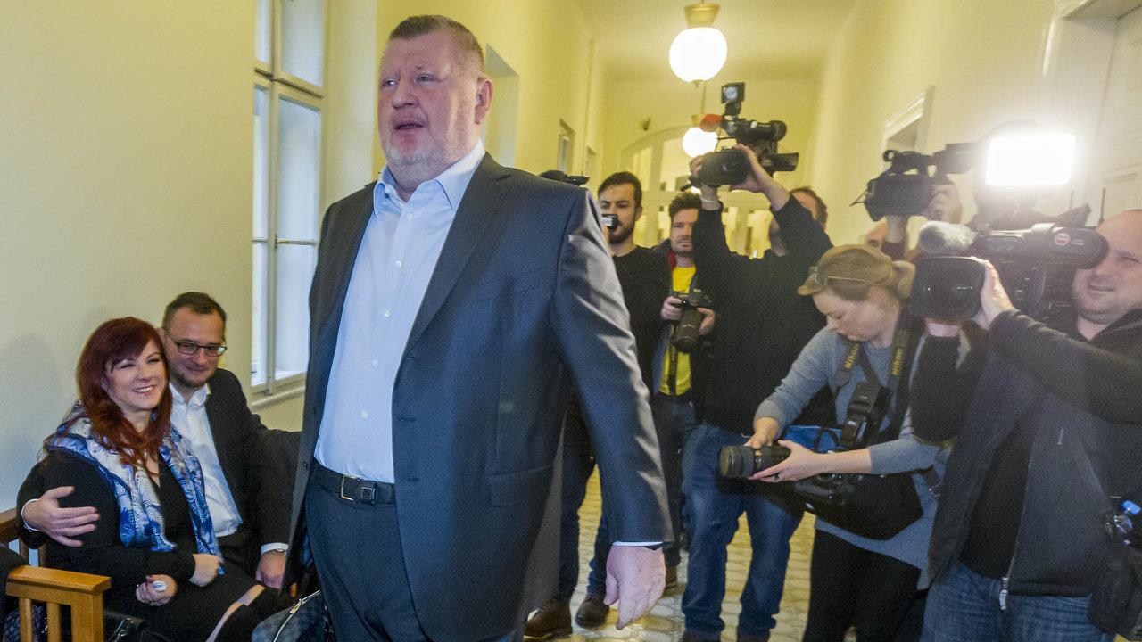 Jana Nečasová (vlevo) spolu sIvo Rittigem (vpopředí) zroku 2017, kdy byli za údajné vynesení tajné zprávy BIS potrestáni podmíněnými tresty.
