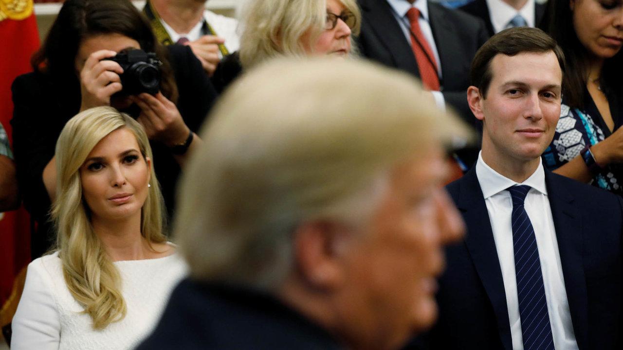 Podpora rodiny.Dopředvolební kampaně se zapojila celá Trumpova rodina. Viditelná je především dcera Ivanka ajejí manžel Jared Kushner.