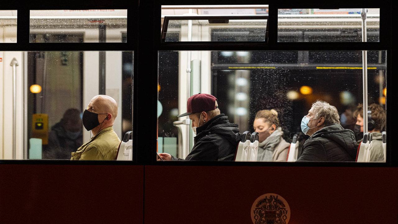 Česko bojuje s podzimní vlnou koronavirové epidemie.