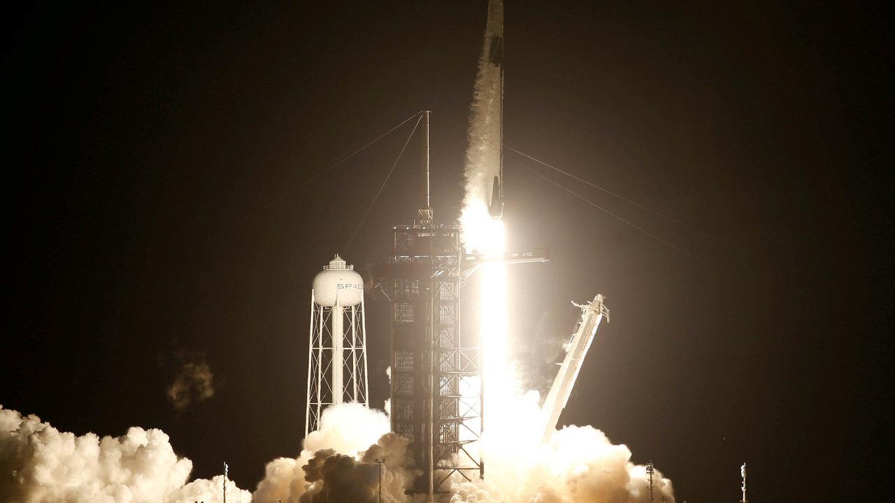 Konečně s razítkem od NASA. Crew Dragon míří ke hvězdám a léta fungující pravidla se mění.