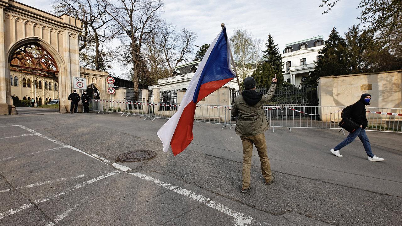 Ruská ambasáda v Praze.Rusko, ČR, ambasáda, muž, vlajka.