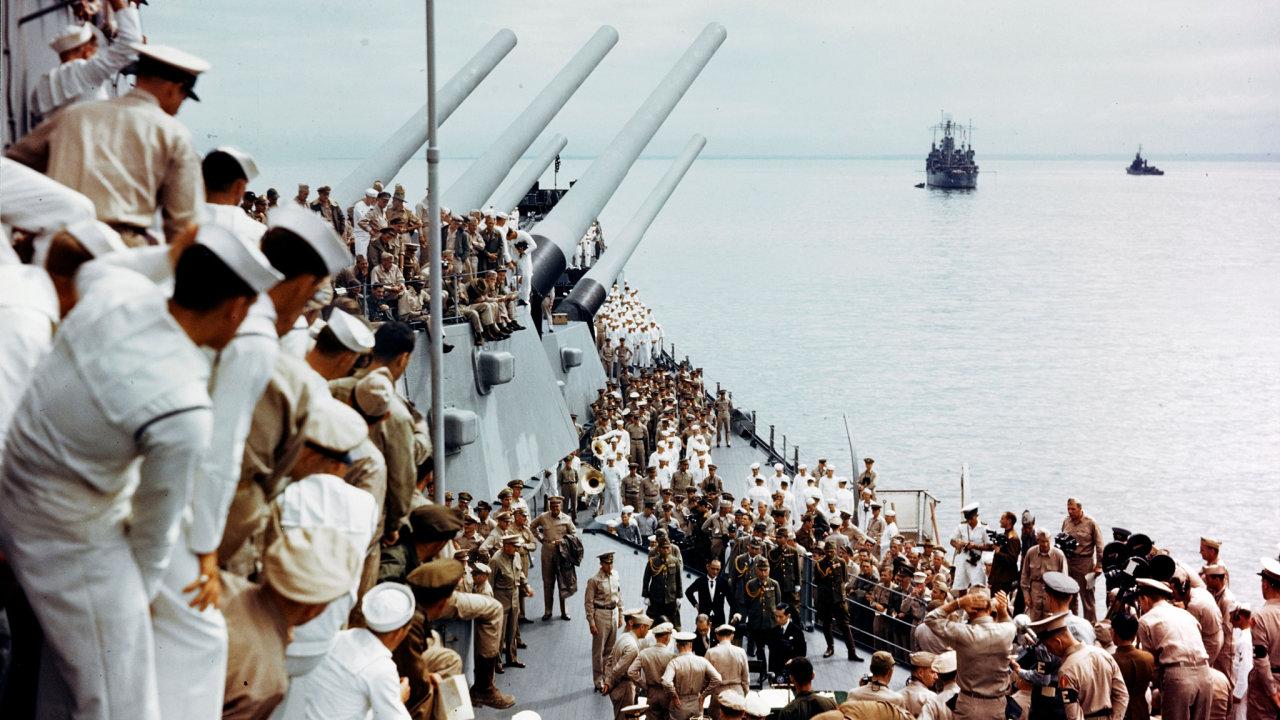 Námořníci sledují ceremoniál japonské kapitulace na palubě americké bitevní lodi USS Missouri v Tokijském zálivu, Japonsko 2. září 1945.