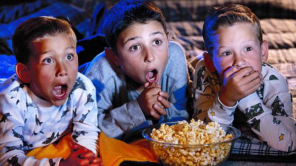 Děti se dívají na televizi. Ilustrační foto