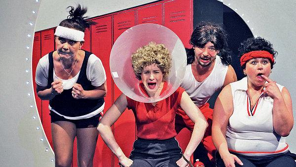 Hradecká inscenace hry Koule přináší velký prostor pro mohutné komediální herectví Pavly Tomicové (vpravo).