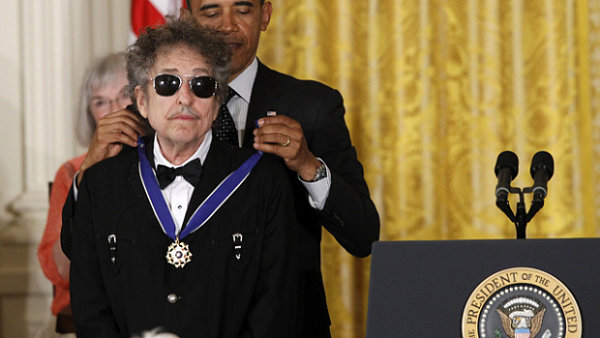 Bob Dylan se za cel� ve�er jako obvykle neusm�l.
