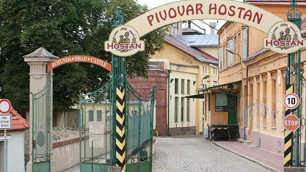 Pivovar Hostan, který si podle reklamy podržel tradiční proces vaření, je už tři roky zavřený a pivo se vaří v Brně.