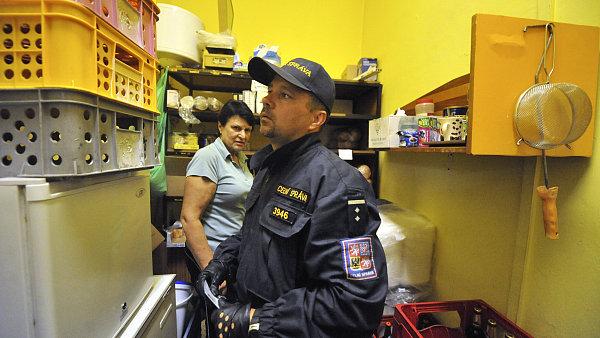 Policie a celníci vyrazili do prodejen a stánků kontrolovat, jaký alkohol zde prodávají.