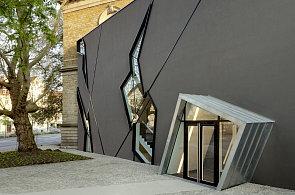 Přístavba Nussbaumova muzea má popraskanou fasádu. Symbolizuje malířův osud
