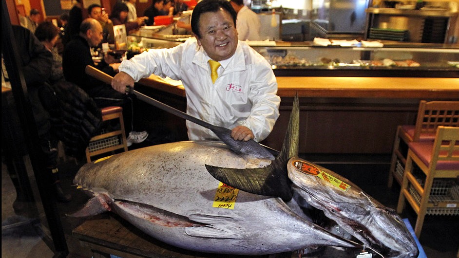 Kiyoshi Kimura pózuje s tuňákem, kterého si koupil za rekordní sumu