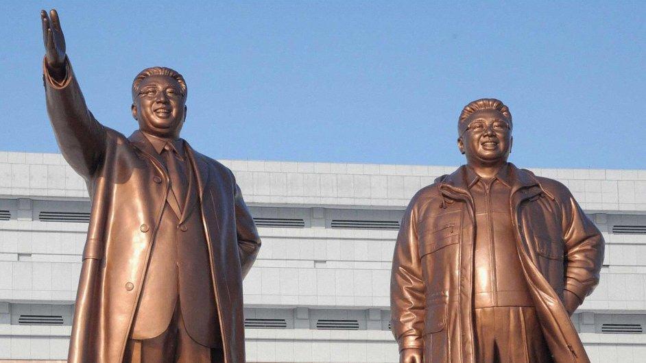 Sochy Kim Ir-sena (vlevo) a Kim Čong-ila