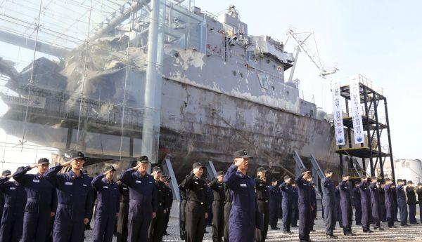 Jihokorejské námořnictvo před vrakem lodi, kterou v roce 2010 potopila torpéda