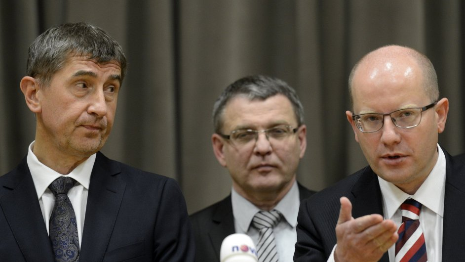 Zleva šéf ANO Andrej Babiš, místopředseda ČSSD Lubomír Zaorálek a předseda ČSSD Bohuslav Sobotka