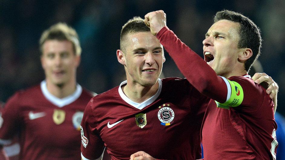 David Lafata ze Sparty (vpravo) se raduje s Pavlem Kadeřábkem ze druhého gólu do sítě Brna.