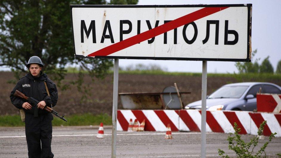 Ukrajinský voják hlídá kontrolní stanoviště u města Mariupol.