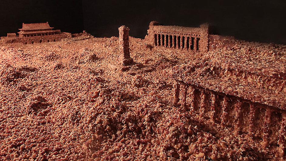 Umělec Kuo Ťien vytvořil zmenšený model náměstí Tchien-an-men, který pokryl masem.